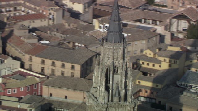 ms td aerial view of cathedral / toledo, castilla la mancha, spain - kathedrale stock-videos und b-roll-filmmaterial