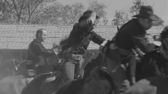 vidéos et rushes de cu pan view of cavalry - panoramique rapide
