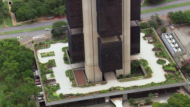 ws aerial view of central bank building / brasilia, brazil - 中央銀行点の映像素材/bロール