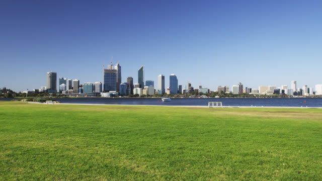 ws view of central business district skyline with sea in foreground / perth, western australia, australia - 青々とした点の映像素材/bロール