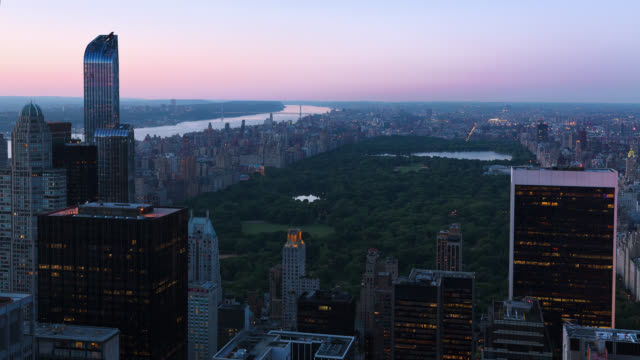 t/l ws ha view of central park, the manhattan skyline and the george washington bridge, looking north at dusk - central park manhattan stock videos & royalty-free footage