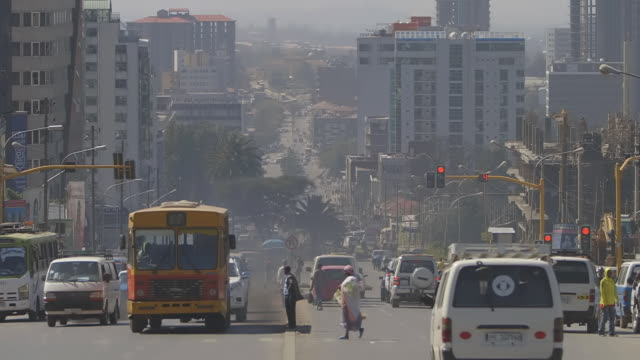 vídeos de stock e filmes b-roll de ws view of centre of multi lane main road or boulevard, down hill and smoggy scenes with lot of depth / addis abbaba, ethiopia - etiópia