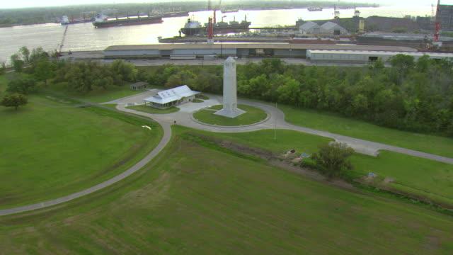 vídeos de stock e filmes b-roll de ws aerial view of chalmette monument at chalmette battlefield / chalmette, louisiana, united states - memorial de guerra
