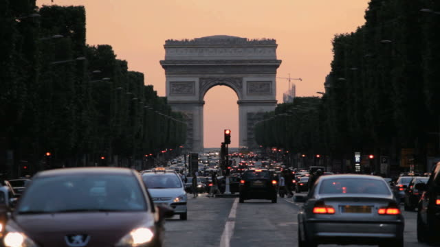 ws view of champs-elysees and cars moving at dusk  /  paris city, paris, france - privatfahrzeug stock-videos und b-roll-filmmaterial