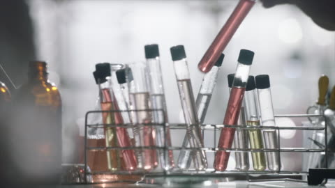 vídeos de stock, filmes e b-roll de view of changing the glass tubes with the solution - artigos de vidro de laboratório
