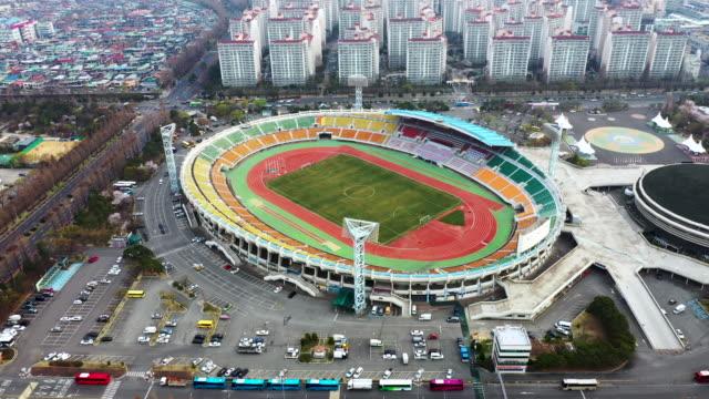 vídeos de stock e filmes b-roll de view of changwon sports park and the city of changewon, south korea - campo desportivo