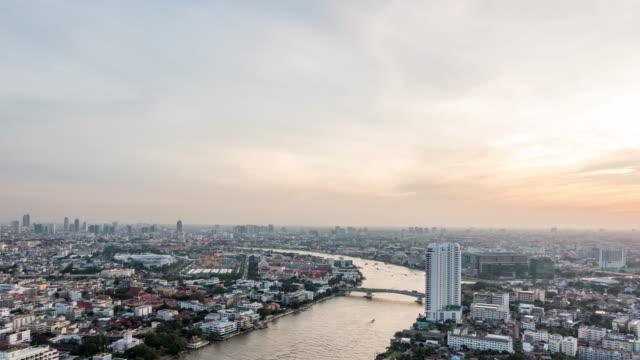 ansicht des chao phraya river in bangkok. - zeitraffer tag bis nacht stock-videos und b-roll-filmmaterial
