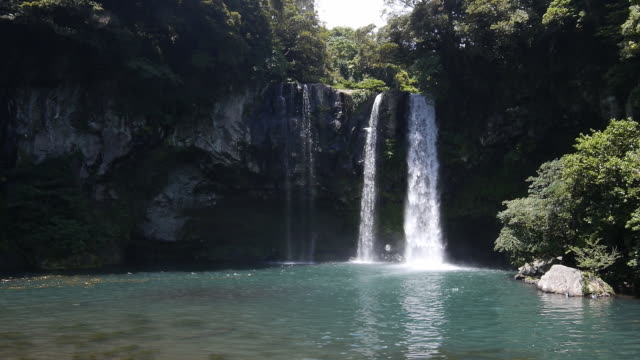 vidéos et rushes de view of cheonjiyeon falls (korean natural monument) in seogwipo, jeju island - chute d'eau