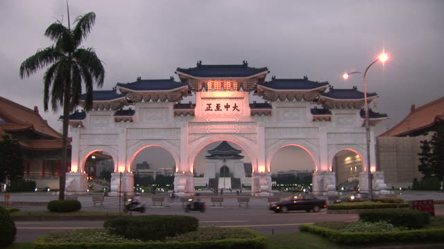 vídeos de stock e filmes b-roll de view of chiang kai-shek memorial hall at magic hour in taipei taiwan - teatro nacional de taipé