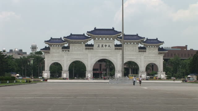 vídeos de stock e filmes b-roll de view of chiang kai-shek memorial hall entrance in taipei taiwan - teatro nacional de taipé