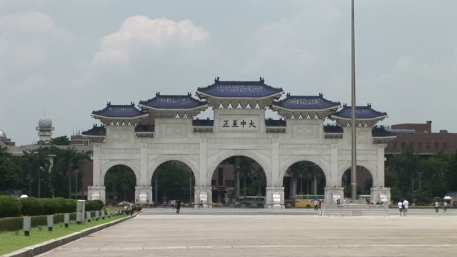 view of chiang kai-shek memorial hall entrance in taipei taiwan - chiang kaishek memorial hall stock videos & royalty-free footage