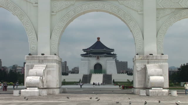 view of chiang kai-shek memorial hall in taipei taiwan - 宗教施設点の映像素材/bロール