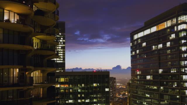 vídeos de stock, filmes e b-roll de ws zi t/l view of chicago through downtown buildings at dusk / chicago, illinois, usa - chicago 'l'