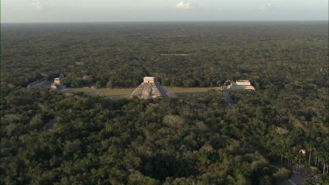 vídeos de stock, filmes e b-roll de ws pov aerial view of chichen itza ruins / merida, yucatan, mexico - yucatán