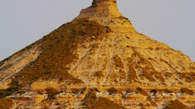 view of chimney rock american monument nebraska usa - turmspitze stock-videos und b-roll-filmmaterial