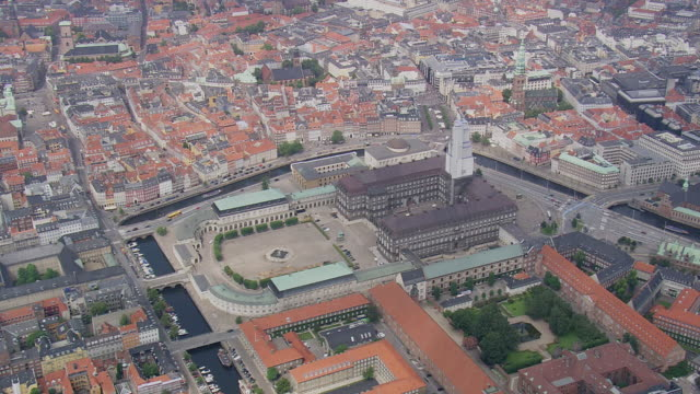 ws aerial zi view of christiansborg slot (royal palace) / copenhagen, denmark - palazzo reale video stock e b–roll