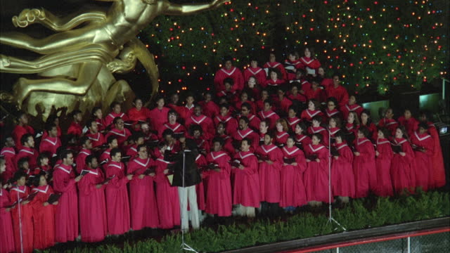 vidéos et rushes de ws zo view of christmas choir singing at rockefeller center  / new york city, new york, usa - choeur