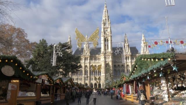 view of christmas market in rathausplatz and the rathaus, vienna, austria, europe - wien österrike bildbanksvideor och videomaterial från bakom kulisserna