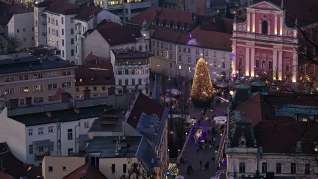 vídeos y material grabado en eventos de stock de ms vista de árbol de navidad y luces en la plaza de la ciudad en la noche, liubliana, eslovenia - liubliana