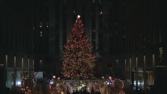 ws zi td view of christmas tree at rockefeller center / new york city, new york, usa - ロックフェラーセンター点の映像素材/bロール