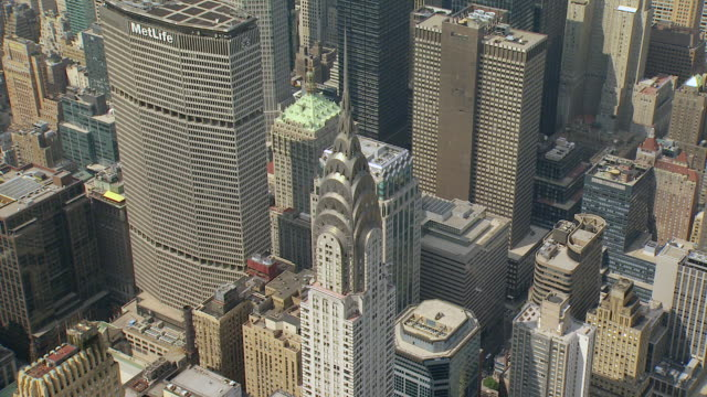 vídeos de stock e filmes b-roll de ws aerial view of chrysler building in turtle bay neighborhood in manhattan with other building / new york, united states - prédio chrysler