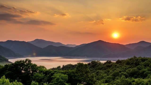 vídeos y material grabado en eventos de stock de view of chungjuho lake (popular tourist attraction) and mountain range at sunset - corea