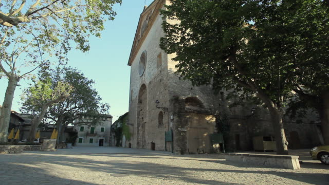 vídeos y material grabado en eventos de stock de ws view of church and small square / port de soller, mallorca, baleares, spain - plaza