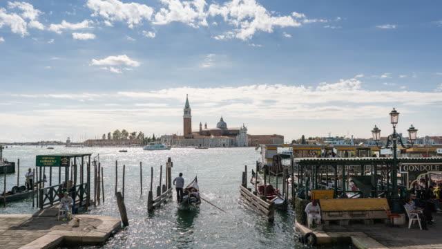 vídeos y material grabado en eventos de stock de vista de la iglesia de san giorgio maggiore en venecia, italia con góndolas balanceándose sobre el agua, time lapse - catedral