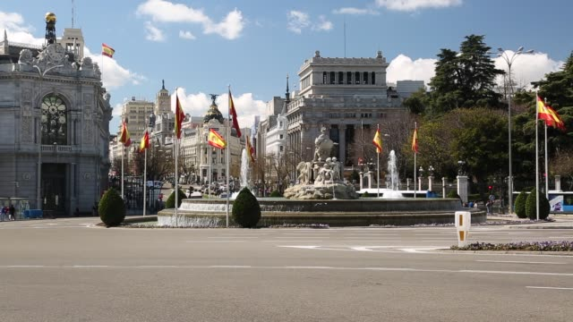 view of cibeles fountain on plaza cibeles, madrid, spain, europe - 固定撮影点の映像素材/bロール