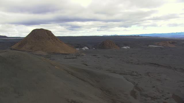 ws aerial zi zo view of cinder cones / iceland - kegel stock-videos und b-roll-filmmaterial