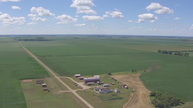 ws aerial ts view of circle bagg bonanza farm / mooreton, north dakota, united states - espansione verso l'ovest video stock e b–roll