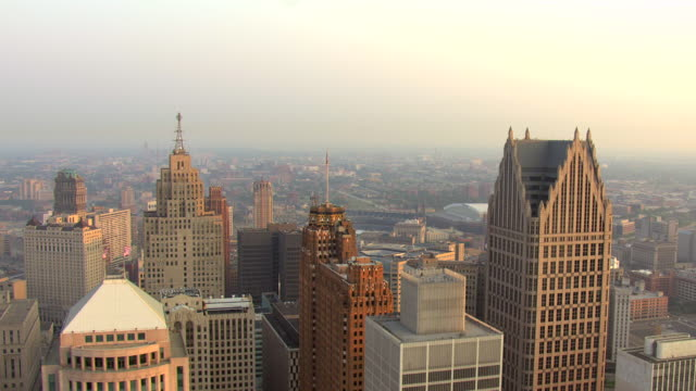 vidéos et rushes de ws aerial view of  circle buildings in downtown detroit / detroit, michigan, united states - michigan