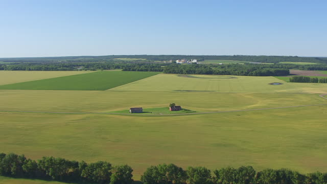 vidéos et rushes de ws aerial ts view of circle ingra's home and trading post in red river valley / north dakota, united states - endroit isolé