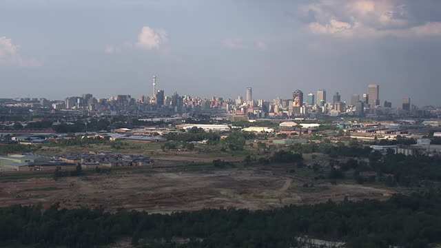 ws aerial view of citiscape of skyline of johannesburg / johannesburg, gauteng, south africa - soweto stock videos and b-roll footage