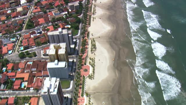vídeos y material grabado en eventos de stock de ws aerial view of city at praia grande coastline / sao paulo, brazil - praia