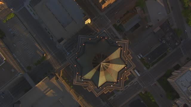 vídeos de stock e filmes b-roll de ws aerial pov view of city at sunrise / des moines, iowa, united states - iowa