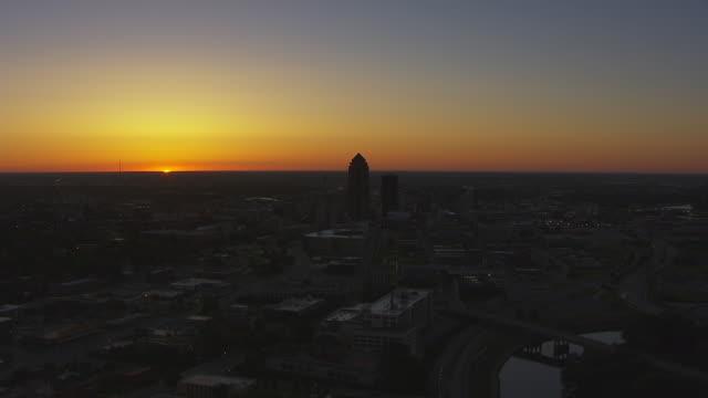 vídeos de stock e filmes b-roll de ws aerial pov view of city at sunset / des moines, iowa, united states - des moines iowa