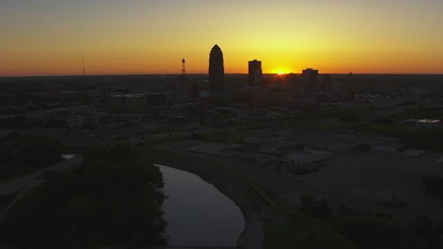 vídeos de stock e filmes b-roll de ws tu aerial pov view of city at sunset / des moines, iowa, united states - des moines iowa