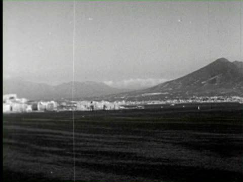 b/w pan  view of city  audio / naples - ナポリ点の映像素材/bロール