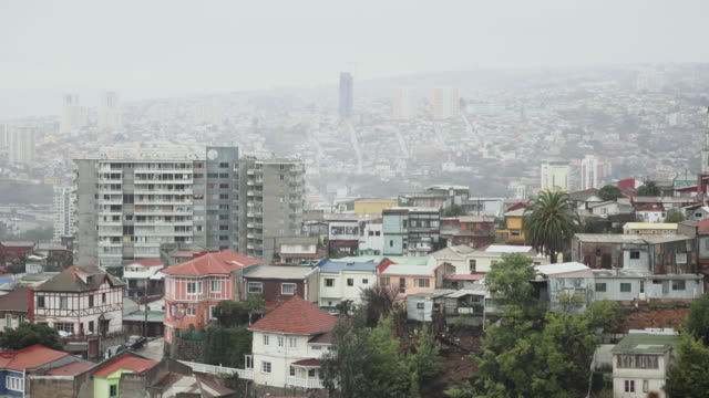 ws view of city below with buildings and traffic  / valparaiso, chile  - wiese点の映像素材/bロール