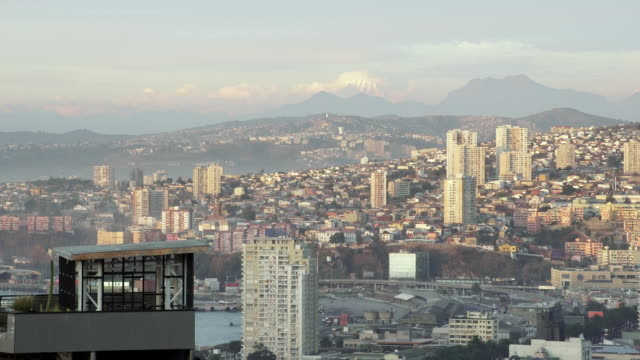 stockvideo's en b-roll-footage met ws view of city below with mountainous landscape in background / valparaiso, chile - wiese