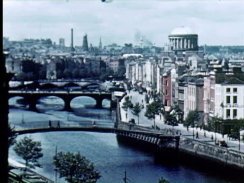 vidéos et rushes de aerial ws pov  view of city bridge over river, dublin, ireland / audio - irlande