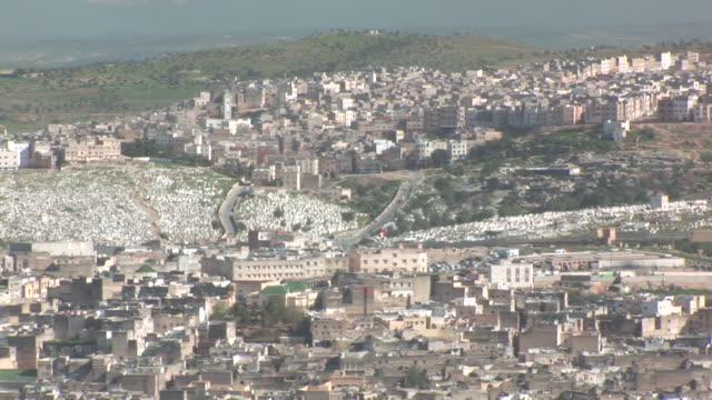 vidéos et rushes de ws pan view of city / fez, fã¨s-boulemane, morocco  - panning