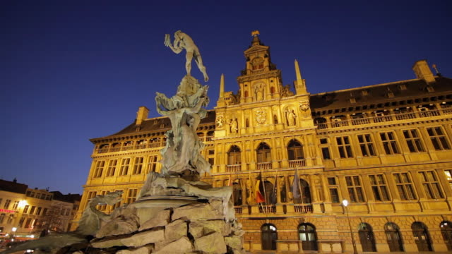 stockvideo's en b-roll-footage met ws view of city hall of antwerp with the sculpture of brabo / antwerp, belgium - mannelijke gelijkenis