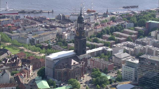 aerial ws zo view of city / hamburg, hamburg, germany - porto marittimo video stock e b–roll