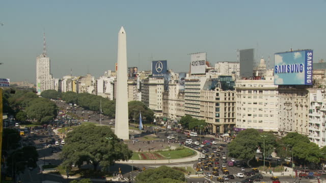 view of city in buenos aires, argentina - avenida 9 de julio video stock e b–roll