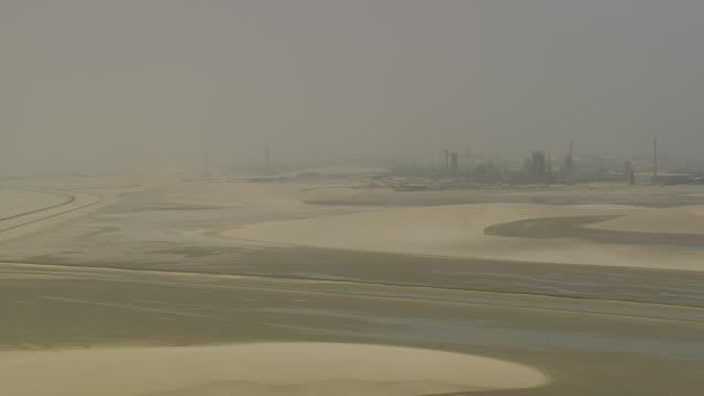 ws view of city in desert / qatar - entfernt stock-videos und b-roll-filmmaterial