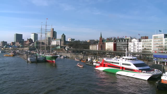 stockvideo's en b-roll-footage met ws view of city near elbe river at landungsbrucken / hamburg, germany  - passagiersboot