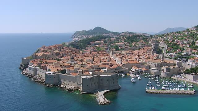 vídeos y material grabado en eventos de stock de ws aerial view of city on harbor / dubrovnik, dubrovnik neretva county, croatia - región de dalmacia croacia