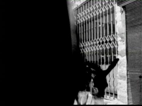 b/w view of city, palestine / audio - 聖地パレスチナ点の映像素材/bロール